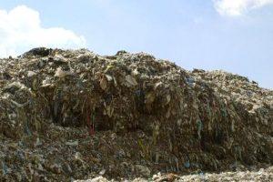 深刻な衣服のゴミの環境汚染。地球を破壊する激安ファッションとは?
