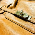 革製品についた手垢の落とし方!汚れる原因やお手入れの手順を解説